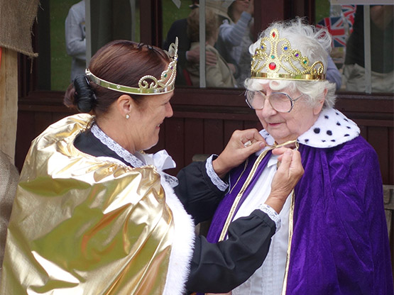 queen mother being crowned in 2015